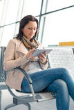 Empresaria con la tableta de Internet en el aeropuerto Fotos de archivo