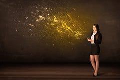 Empresaria con la tableta y explosión de la energía en fondo fotografía de archivo libre de regalías