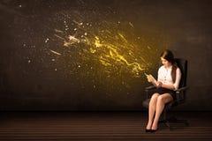 Empresaria con la tableta y explosión de la energía en fondo Fotografía de archivo