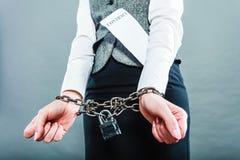 Empresaria con las manos encadenadas que llevan a cabo el contrato Imagen de archivo libre de regalías