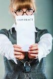 Empresaria con las manos encadenadas que llevan a cabo el contrato Fotografía de archivo libre de regalías