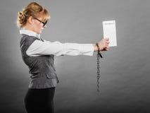 Empresaria con las manos encadenadas que llevan a cabo el contrato Foto de archivo