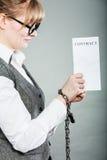 Empresaria con las manos encadenadas que llevan a cabo el contrato Fotos de archivo libres de regalías