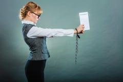 Empresaria con las manos encadenadas que llevan a cabo el contrato Imágenes de archivo libres de regalías