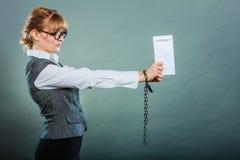 Empresaria con las manos encadenadas que llevan a cabo el contrato Foto de archivo libre de regalías