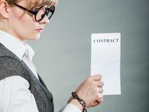 Empresaria con las manos encadenadas que llevan a cabo el contrato Fotos de archivo