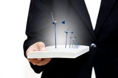 Empresaria con las turbinas de viento en el libro blanco Foto de archivo