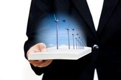 Empresaria con las turbinas de viento en el libro blanco Imágenes de archivo libres de regalías