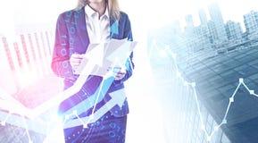 Empresaria con los documentos, éxito de la inversión ilustración del vector