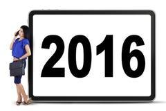Empresaria con los números 2016 en el tablero Fotos de archivo libres de regalías
