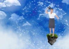 Empresaria con los prismáticos en la plataforma flotante de la roca con el interfaz en cielo Fotografía de archivo