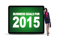 Empresaria con metas de negocio en el tablero Imagenes de archivo
