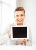 Empresaria con PC de la tableta en oficina Fotos de archivo libres de regalías