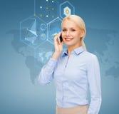 Empresaria con smartphone sobre fondo azul Imágenes de archivo libres de regalías
