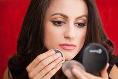 Empresaria con un espejo del maquillaje Imagenes de archivo