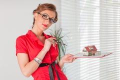 Empresaria con un modelo de la casa. fotos de archivo libres de regalías