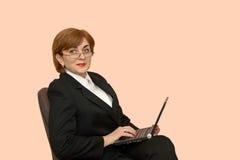 Empresaria con un ordenador portátil Imagen de archivo