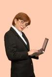 Empresaria con un ordenador portátil Imagen de archivo libre de regalías