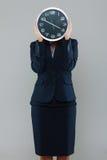 Empresaria con un reloj Imagen de archivo libre de regalías