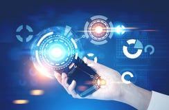 Empresaria con un smartphone, azul de HUD Foto de archivo libre de regalías