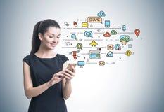Empresaria con un smartphone, medio social Fotos de archivo