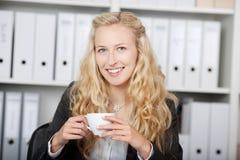 Empresaria confiada Holding Coffee Cup Fotografía de archivo libre de regalías
