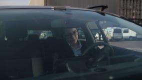 Empresaria confiada que consigue en su coche almacen de metraje de vídeo