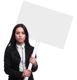 Empresaria confiada que sostiene una bandera en blanco Foto de archivo libre de regalías