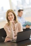 Empresaria confiada Smiling In Office fotografía de archivo libre de regalías