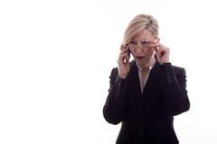 Empresaria confusa con el teléfono Imagen de archivo libre de regalías