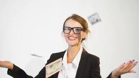 Empresaria contenta con los billetes de banco almacen de metraje de vídeo