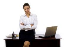 Empresaria contra el escritorio de oficina Imágenes de archivo libres de regalías