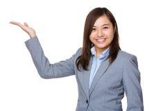 Empresaria de Aisan con la mano que muestra la muestra en blanco fotografía de archivo