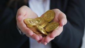 Empresaria de la cosecha que lleva a cabo bitcoins metrajes