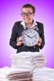 Empresaria de la mujer con el despertador gigante Imágenes de archivo libres de regalías