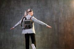 Empresaria de la mujer joven con el jetpack en la parte posterior Concepto, inicio, tecnología y desarrollo de la aceleración del foto de archivo libre de regalías