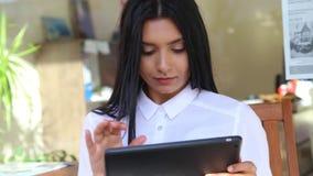 Empresaria de Latina que sostiene la tableta en manos, blusa blanca que lleva almacen de metraje de vídeo