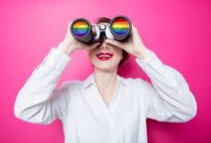 Empresaria del pelirrojo con los prismáticos del arco iris Foto de archivo