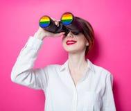 Empresaria del pelirrojo con los prismáticos del arco iris Fotos de archivo