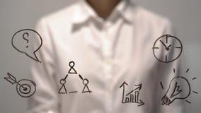 Empresaria delante de la pantalla virtual con el espacio de la copia para el texto o el diseño Ejemplo del negocio, diagrama, grá Imagen de archivo
