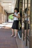 Empresaria delante del centro comercial Imagen de archivo libre de regalías