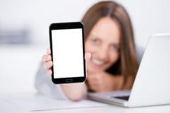 Empresaria Displaying Smart Phone con la pantalla en blanco fotografía de archivo