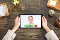 Empresaria Doing Video Conference con un doctor fotografía de archivo libre de regalías