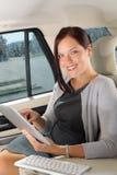 Empresaria ejecutiva en tablilla de tacto del trabajo del coche Imágenes de archivo libres de regalías