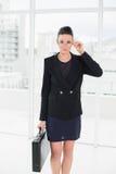Empresaria elegante en cartera que lleva del traje en oficina Foto de archivo libre de regalías
