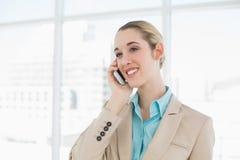 Empresaria elegante hermosa que llama por teléfono con su smartphone Fotografía de archivo