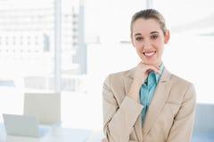 Empresaria elegante hermosa que presenta tocando su barbilla Foto de archivo libre de regalías