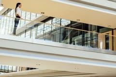 Empresaria elegante que camina dentro del edificio fotos de archivo