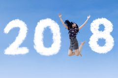 Empresaria emocionada que salta con los números 2018 fotografía de archivo