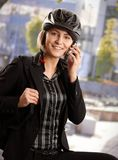 Empresaria en casco de la bici Imagen de archivo libre de regalías
